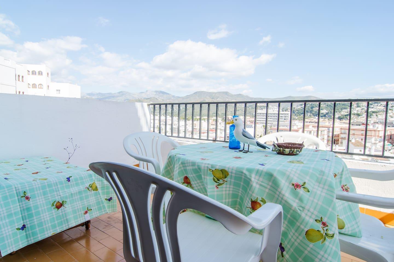 al mediodía el sol se va de la terraza, lo que permite pasar la tarde disfrutando de la agradable brisa marina