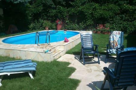 Zimmer EFH, Pool, Garten, Terrassen - Ev