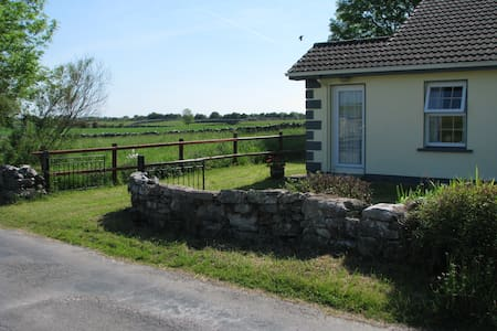 Irish Cottage in Mayo farmland - Woodpark - Huis
