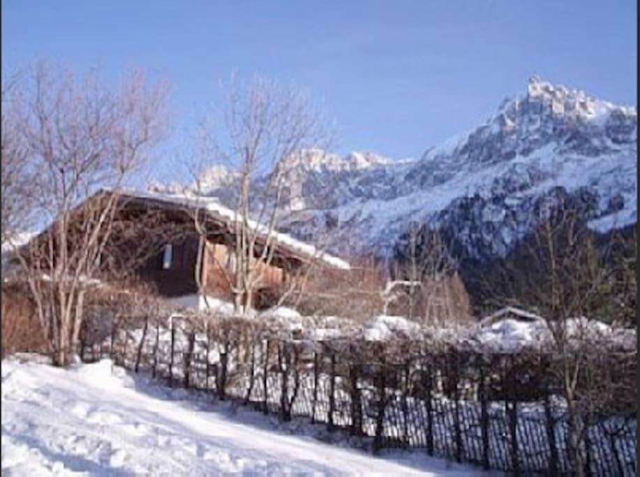 le chalet se trouve face à toute la chaine du Mont  blanc , en face l'aiguille du midi