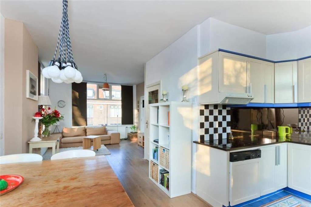 Woonkamer en keuken / Living room and kitchen
