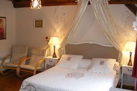 """Chambre """"Romantique""""avec piscine d'intérieur - Glanville"""