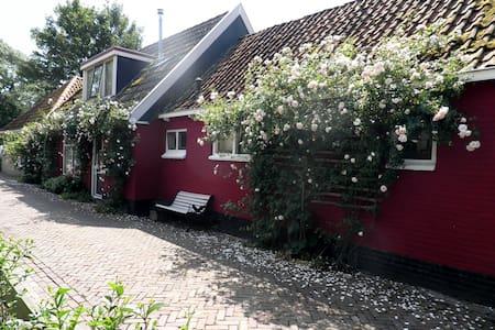 Sfeervol, oud dorpshuis aan IJsselmeer - Gaast