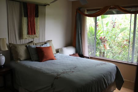 Beautiful Guest House on 7 acre EcoRetreat Farm. Stunning views of Kealakekua Bay, lush tropical surroundings, fully outfitted kitchen, farm and wellness offerings, fantastic location for snorkeling, hiking, trip to volcano and historic sites.