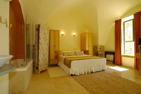 "Artists' Colony Inn ""Aryeh"" Room - Safed - Bed & Breakfast"