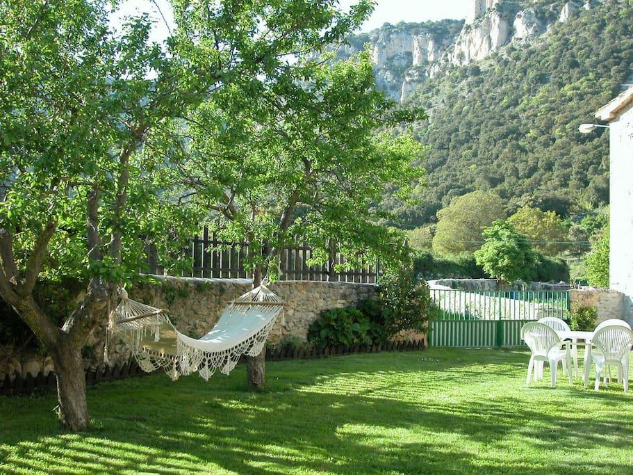 Jardín de Casa Txandia con la sierra de Lokiz al fondo