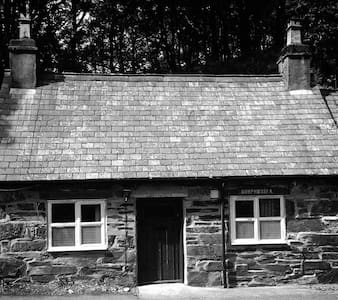 Traditional Welsh Mountain Cottage - House