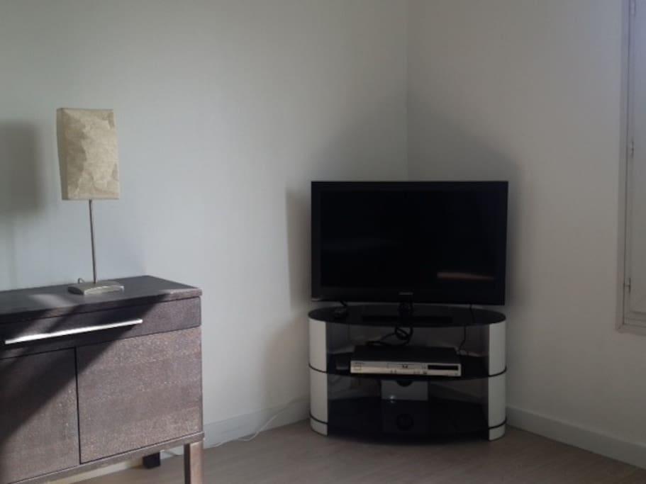 TELEVISION ECRAN PLAT 80CM ET LECTEUR DVD