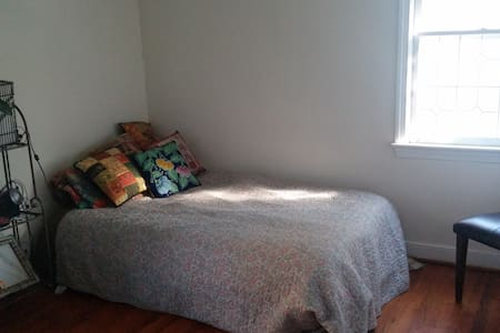 Private, Simple, Cozy Room in House, Near DC - Hyattsville - Casa