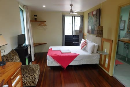 Friendly Guest House elevated views - Airlie Beach