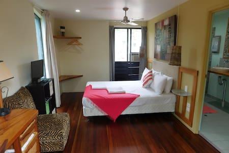 Friendly Guest House elevated views - Airlie Beach - Casa