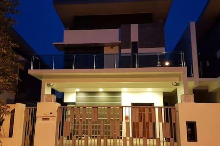 Staycation homestay near Lego Land & Bukit Indah - Gelang Patah - Haus