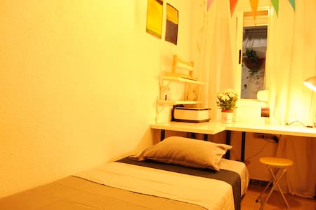 Small single bedroom in a lovely flat in Barcelona - Barcelona - Apartment