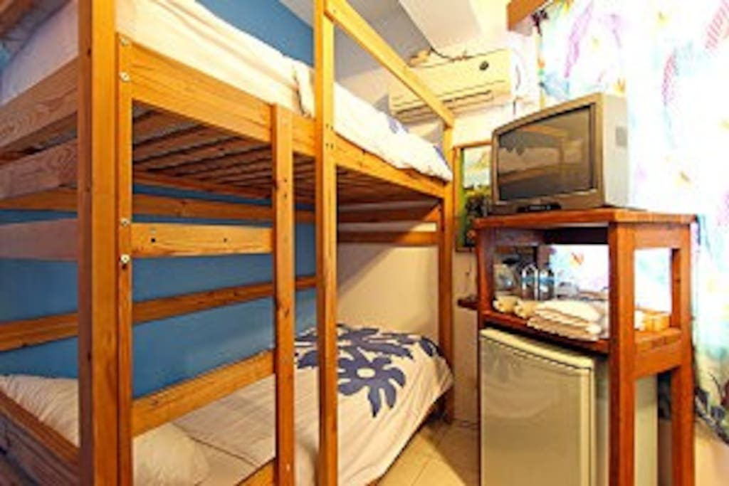 Bunk Bed Private Room for 2-person (2 single beds,top and bottom )上下床2人小套房( 2張單人床,上下式)