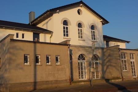 Fachwerk-Wohnung im Bahnhof - Appartamento