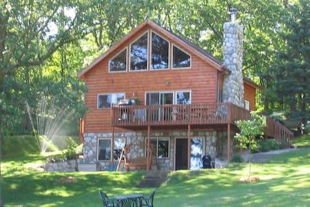 4 Bedroom 3 level Cabin on Quiet Lake - Nevis - Casa de campo