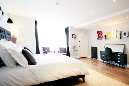 Royal Crescent Seafront Apartment - Brighton
