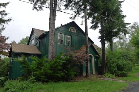 Charming Catskills Farmhouse! - Livingston Manor