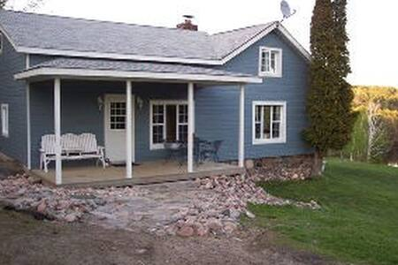Beautiful 3bed log Cabin on 2 lakes - Parry Sound