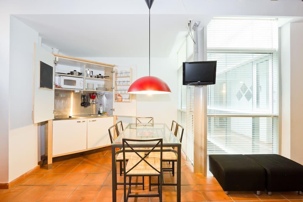 Aquí la tienes. Espectacular, ¿verdad? La cocina tiene de todo. Y cuando terminas de usarla, cierras y disfrutas del salón para ti y tu compañía.
