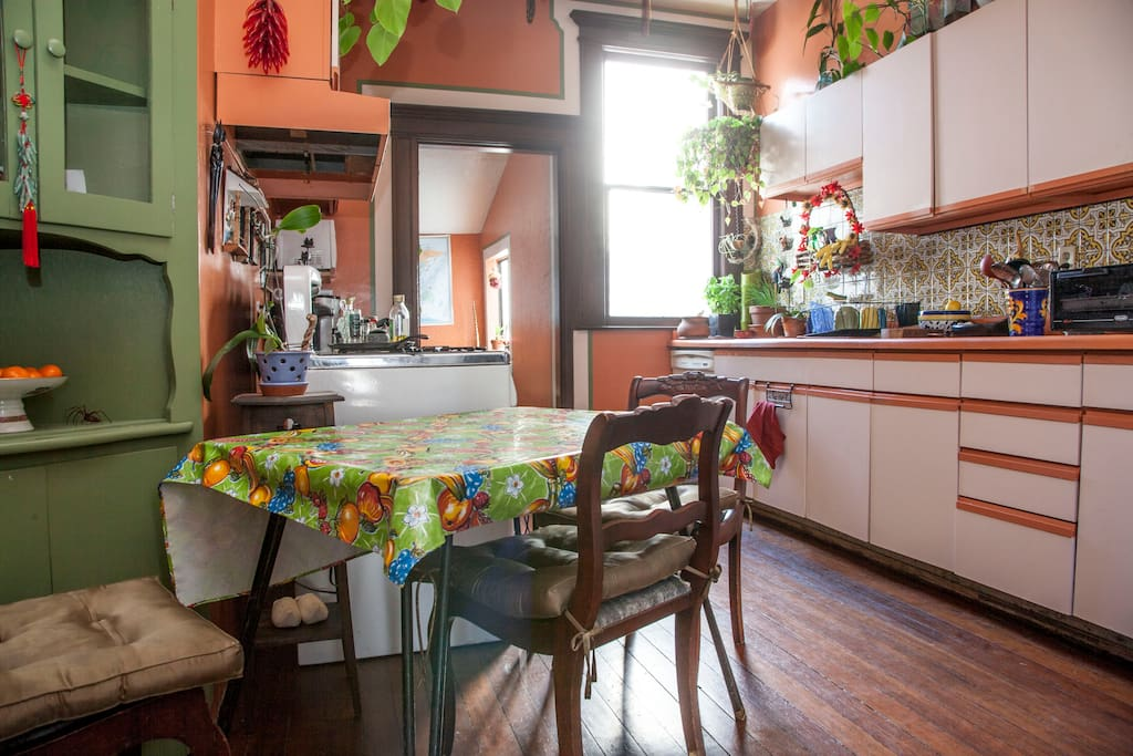 Mi Casa es su Casa - Enjoy use of the kitchen.  WiFi throughout the house.