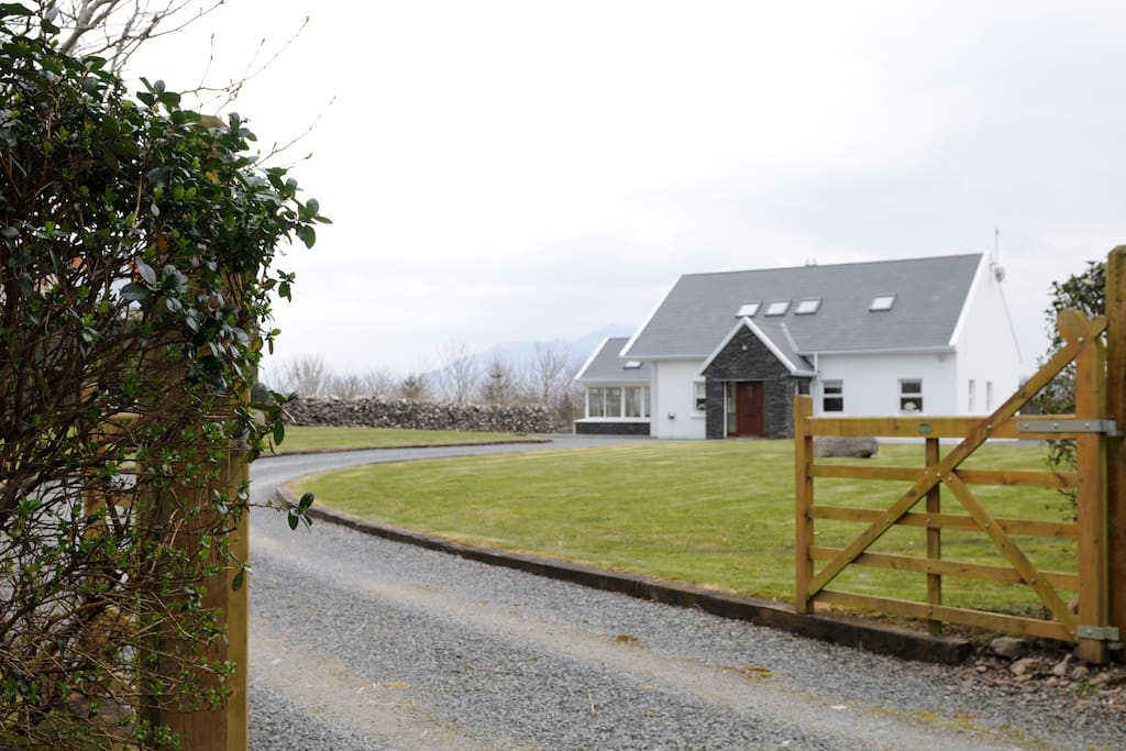 Entrance into the spacious Beenbane Lodge Waterville on it's own private grounds