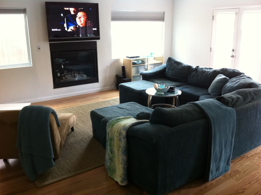 Gas fireplace, cozy lap blankets and 60 inch HD TV with movies and Netflix - FAB!