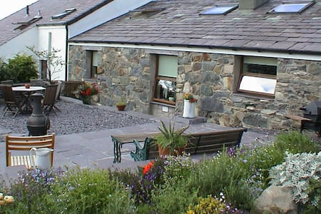 """Beudy Bach"" Cottage for 2 with Hot Tub Snowdonia! - Llanllechid - Maison"