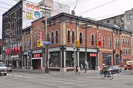 Basement Bachelor Apartment at Queen and Bathurst. Amazing location with everything you need near by. From grocery store, to fast food, restaurants and bars. Transit a 4 min walk away. Amazing location for anyone new or old to Toronto!