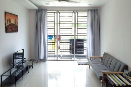 A cozy 3-BD apartment @ Permas Jaya - Masai - Apartment
