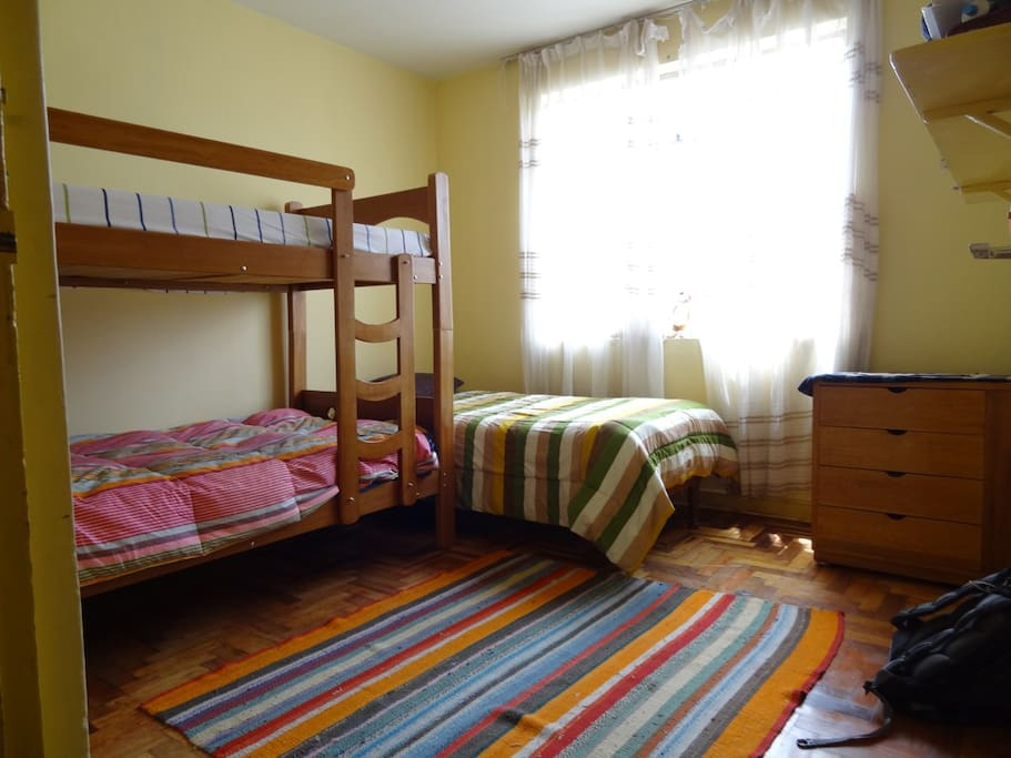 BEDROOM WITH BUNK BED AND A TWIN BED, Dormitorio con camarote y cama extra.