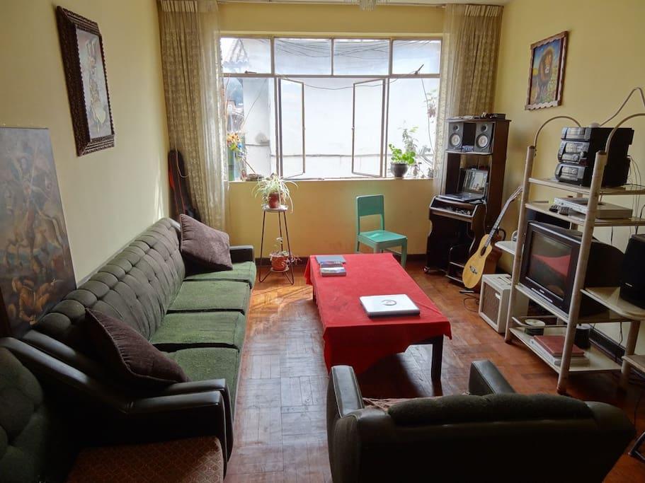 LIVING ROOM, La sala.