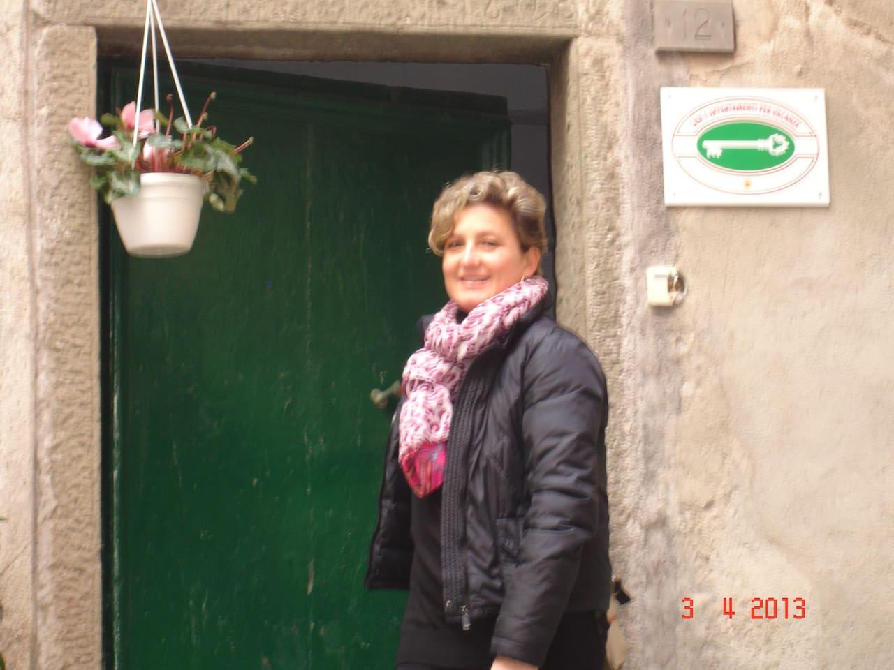 Francesca davanti all 'ingresso  dell'appartamento Vacanze di via San Franceso 12  Vernazza
