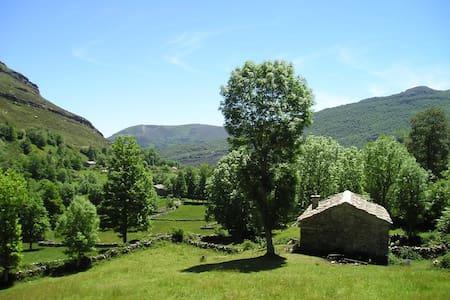 Preciosa cabaña pasiega restaurada - Las Machorras. Espinosa de los Monteros.