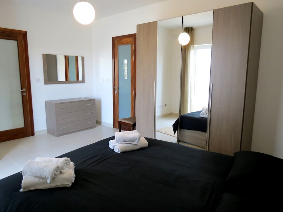 Main bedroom with ensuite and kingsize bed