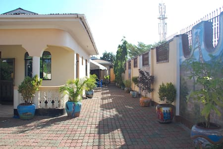 14 rooms, excellent value in Moshi - Bed & Breakfast
