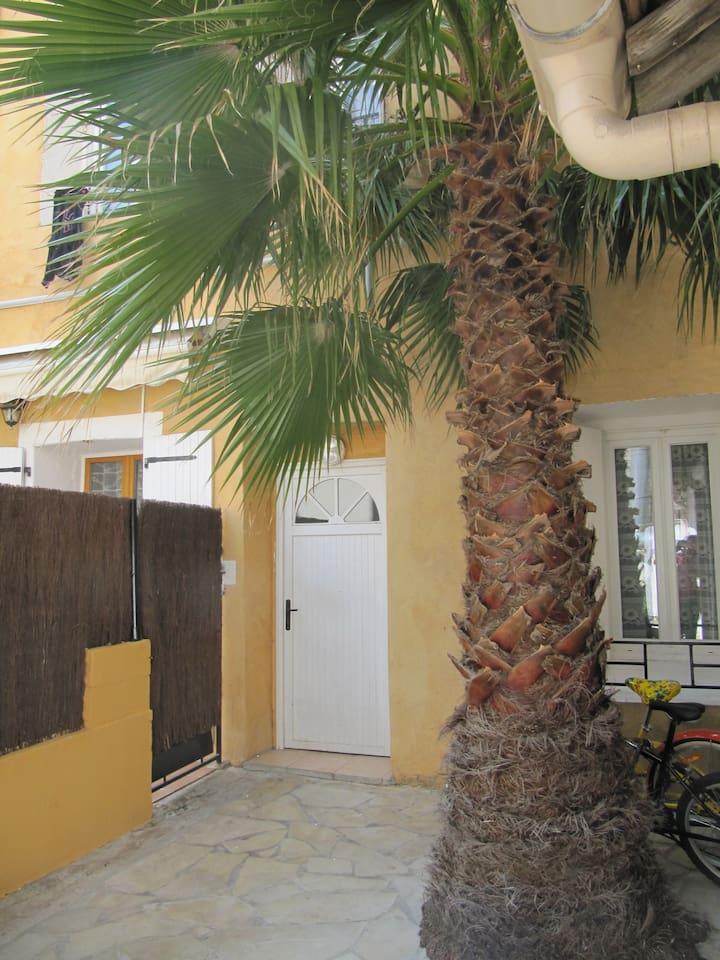 Courtyard charme: Cosey and stylish 2-storey apartment in an old Setois fisherman's house