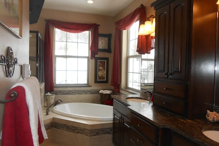 Quiet country home, KING suite - House