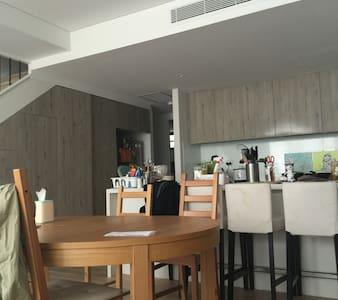 豪华三室复式楼,独立大院子和舒适安静的楼层,全新木式风格,3室带独立卫生间 - Rosebery