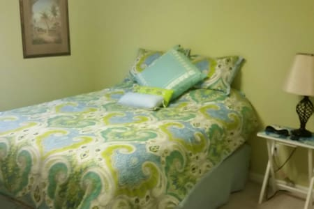 Guest bedroom with queen size bed - Leland