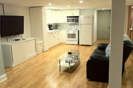 Private, bright and cozy Gladstone Park apartment - Chicago - Wohnung