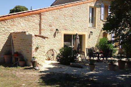 Chambre dans mas très proche Pont du Gard - House