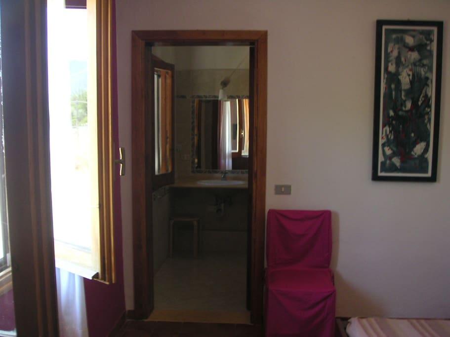 La camera ciclamino. (bagno interno e vista sui monti)