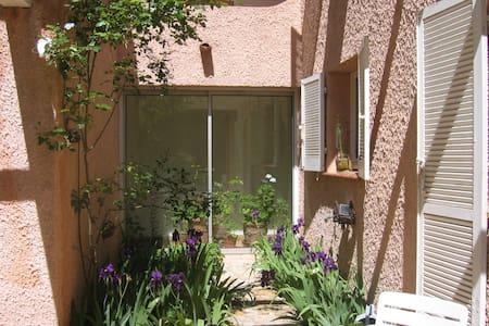 Quiet B&B near to Aix-en-Provence - Oda + Kahvaltı