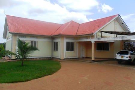 Serenity House Kampala Uganda - Kampala - Rumah