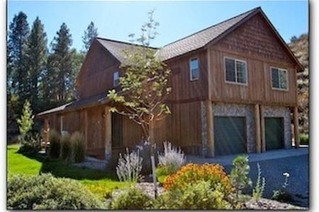 All Seasons Mountain Retreat- near town and trails - Townhouse
