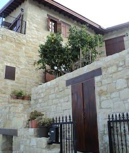 1 dbl room & balcony in stone house - Germasogeia