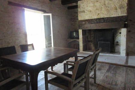 Près d'Agen, maison de village atypique - House