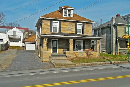 Belleville Private 4BR/1.5 Ba House - Belleville - House