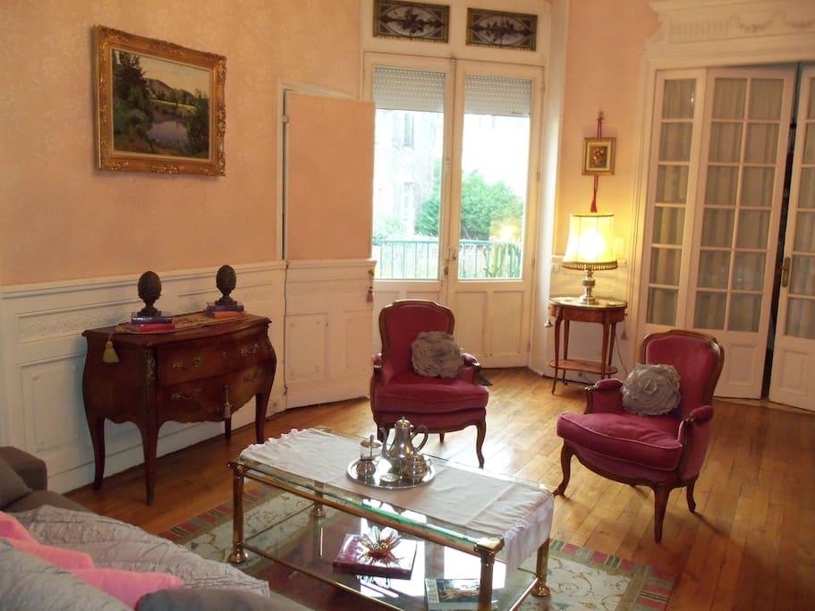Grand salon avec tout le confort nécessaire, télévision. Accès direct à la cuisine ainsi qu'à la terrasse. Hauts plafonds avec moulures et parquet en chêne.